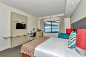 A bed or beds in a room at Mantra on The Esplanade