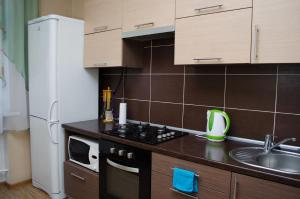 Кухня или мини-кухня в Dvukh komnatnyie apartamienty