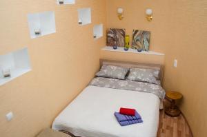 Кровать или кровати в номере Dvukh komnatnyie apartamienty