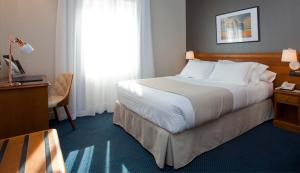 A bed or beds in a room at Sercotel Felipe IV