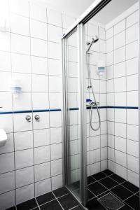 A bathroom at Kroderen Kro & motel