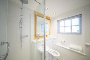 A bathroom at Innkeeper's Lodge St Albans, London Colney