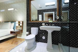 A bathroom at Eurostars Langford