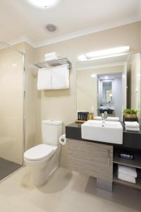 A bathroom at H on Smith Hotel