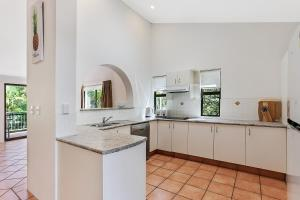 A kitchen or kitchenette at HighTide On Noosa Sound