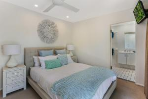 A bed or beds in a room at HighTide On Noosa Sound