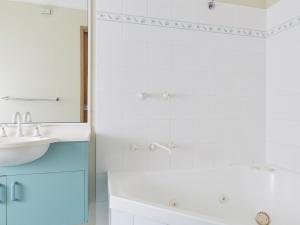 A bathroom at NRMA Darlington Beach Holiday Resort