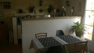 A kitchen or kitchenette at Une Chambre à la Campagne