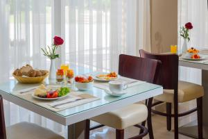 A restaurant or other place to eat at Leonardo Hotel Ashkelon