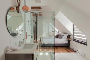 A bathroom at Les Lofts Ste-Anne