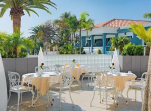 Un restaurant u otro lugar para comer en Adrián Hoteles Colón Guanahaní Adultos Only