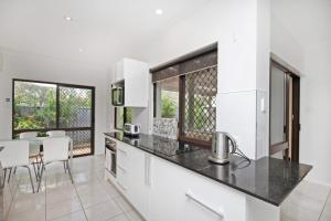 A kitchen or kitchenette at 6 Petrie Ave, Marcoola, Pet Friendly, Linen supplied