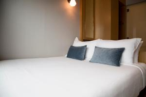 A bed or beds in a room at Hotel Bencoolen @ Hong Kong Street (SG Clean, Staycation Approved)