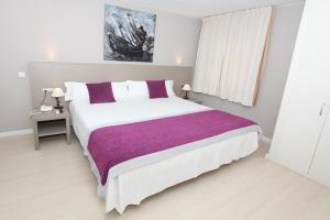 A bed or beds in a room at Hotel El Faro Marbella