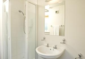 A bathroom at Ballybunion Holiday Cottages