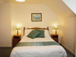 A bed or beds in a room at Ballybunion Holiday Cottages