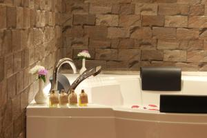 A bathroom at Old Kent Estates & Spa, Coorg