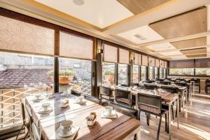 A restaurant or other place to eat at Hotel Trevi - Gruppo Trevi Hotels