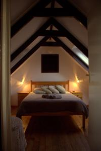 A bed or beds in a room at Bay Cove Inn