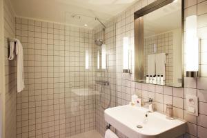 A bathroom at Van Belle Hotel