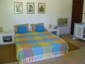 A bed or beds in a room at Villa Ruby em Maracajaú