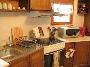 A kitchen or kitchenette at Castle Cottage Bed & Breakfast