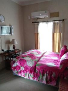 A bed or beds in a room at Villa Cemara, Batu