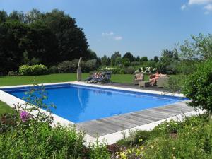 Het zwembad bij of vlak bij B&B Au Grenier