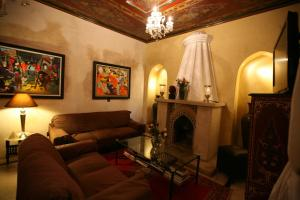 A seating area at Riad Misria et Spa 1
