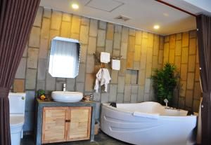 A bathroom at Everland Boutique Hotel