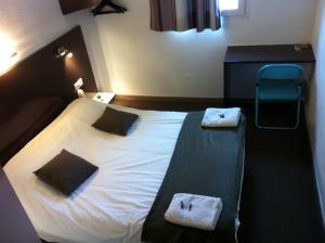 A bed or beds in a room at The Originals Access, Hôtel Béziers Est (P'tit Dej-Hotel)