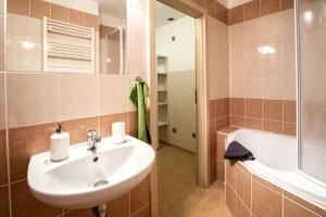 Een badkamer bij Huge apartment next to the Charles Bridge