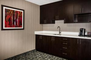 A kitchen or kitchenette at Ramada by Wyndham Jacksons Point