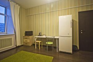 A television and/or entertainment centre at Lakshmi Rooms Park Pobedy