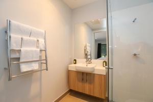 A bathroom at Tindarra Resort