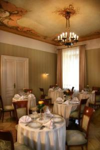 A restaurant or other place to eat at Ostoya Palace Hotel