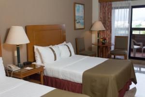 Cama o camas de una habitación en The Palms Resort of Mazatlan