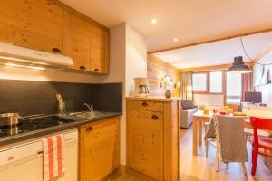 A kitchen or kitchenette at Résidence Pierre & Vacances Aconit