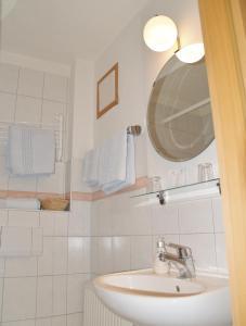 A bathroom at Hotel Goldenes Faß