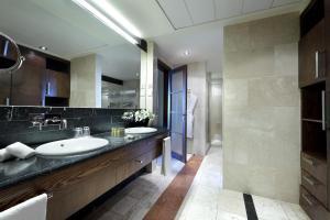A bathroom at Eurostars Suites Mirasierra