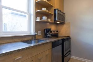 A kitchen or kitchenette at DC Retreat in Dupont with roof deck