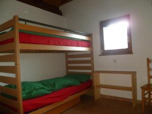 Ein Etagenbett oder Etagenbetten in einem Zimmer der Unterkunft Agri Curt du Munt