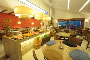 A restaurant or other place to eat at Portal Da Praia Hotel