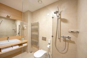 Een badkamer bij Špik Alpine Resort
