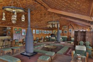 The lounge or bar area at Hotel Highlands Park