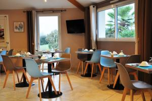 A restaurant or other place to eat at Brit Hotel Azur