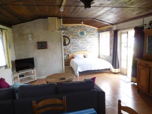 A bed or beds in a room at B&B Les Bellesvues, Gîtes & Chalet