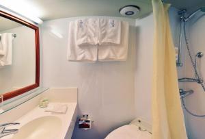 A bathroom at Florentina boat