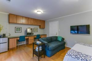 A seating area at Garon & Diane's Place