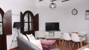 Una televisión o centro de entretenimiento en El Capricho de San Fernando, Consigna gratis y Parking a 200mts